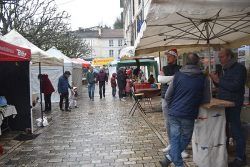 [:fr]Du monde malgré la pluie au marché de Noël.[:]