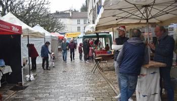 Du monde malgré la pluie au marché de Noël.